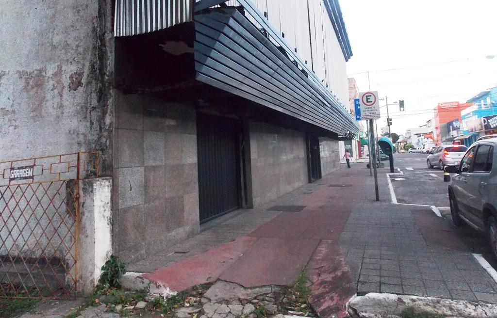 Lei das calçadas é ignorada por orgãos do Poder Executivo de Vila Velha