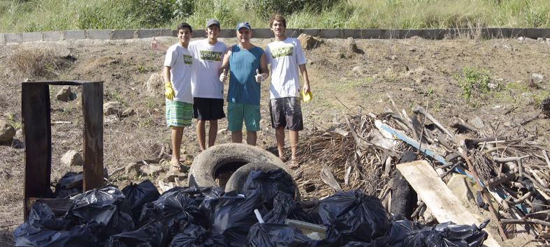 Chiabai participa de limpeza voluntária de praia em Vila Velha